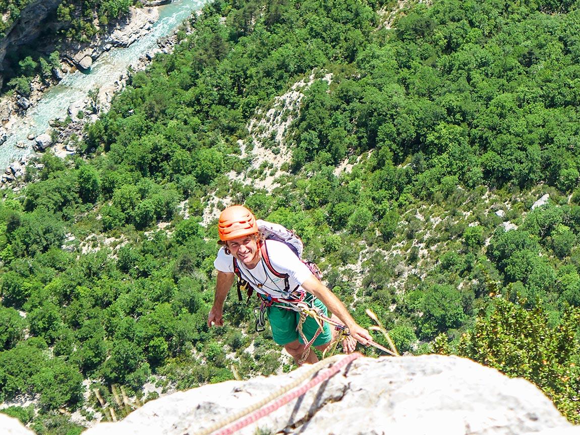Bernard Gravier guide de haute montagne lors d'un stage d'escalade sur la falaise de Presles