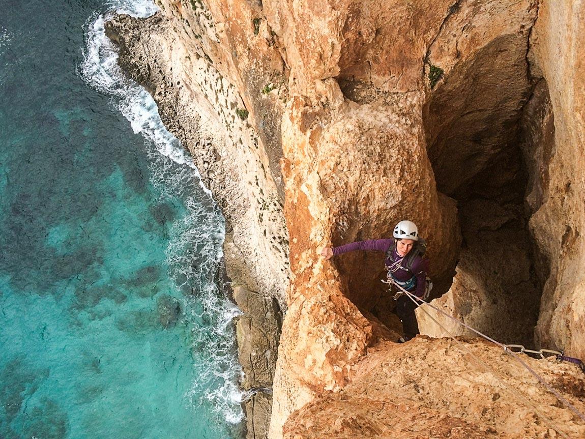 Biddiriscottai en Sardaigne: itinéraire à trous au-dessus de la mer